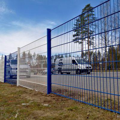 Paloaukean päiväkodin elementtiaita Suomen väreissä